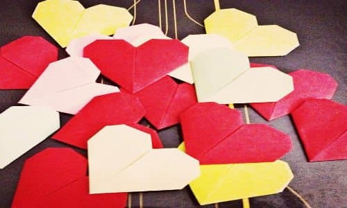 DIY paper heart garland Paper hearts growing by feli (https://www.flickr.com/photos/absolut_feli/6856582267/) via Creative Commons